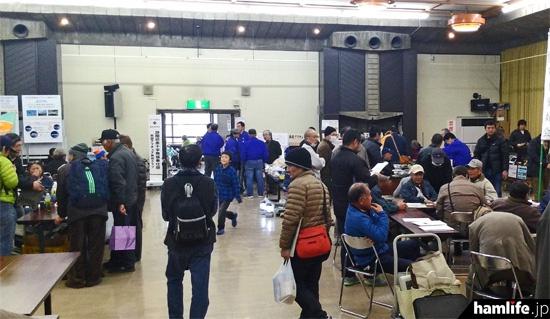 会場内はアマチュア無線家で大賑わい。毎年400名以上の参加者があるという