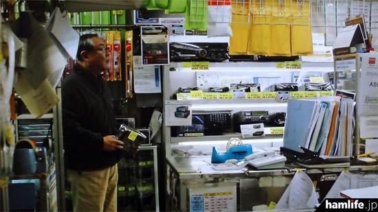 「緑川無線店」の店内。アマチュア無線機や受信機、アンテナ、FTDX5000MPや第一電波工業のチラシなどがそのまま映っている(NHK BSプレミアム「ラギッド!」より)