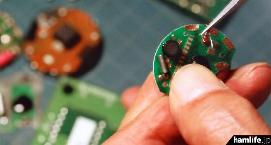 緑川大丸が作成しているバッジ型の盗聴器。パーツがリアルだ(NHK BSプレミアム「ラギッド!」より)
