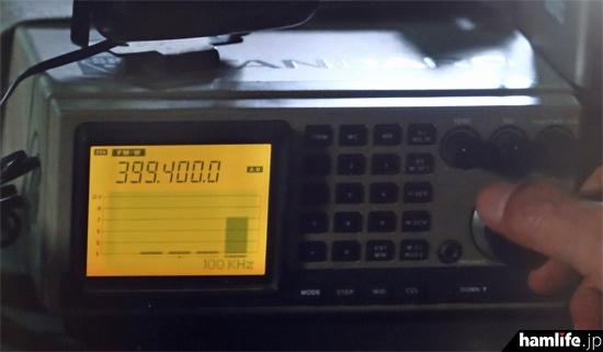 盗聴波の受信には、懐かしい日本マランツのAX700が登場。FMワイドで399MHz帯という設定がよく考証されている(NHK BSプレミアム「ラギッド!」より)