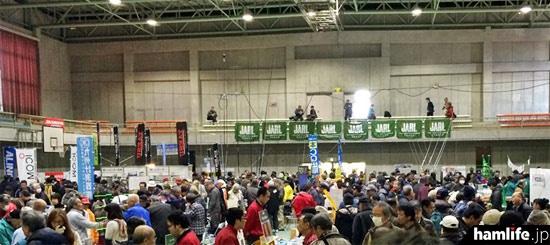 メインの会場となった日産自動車九州株式会社体育館はアマチュア無線家でビッシリ