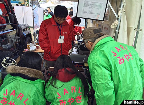 テント内の運用風景。オペレートには国立仙台高専広瀬アマチュア無線クラブ(JA7YCQ)が協力