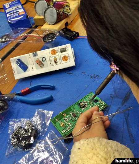 子供たちがハンダゴテを使ってFMラジオ作りに挑戦
