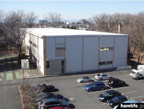 現存する「旧・小平衛星試験庁舎」。この建物から「8N100ICT」 の運用を予定している(同資料から)
