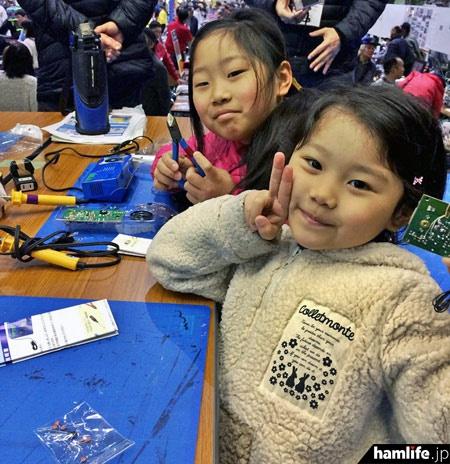 体育館奥のステージでは「子供電子工作教室」を開催