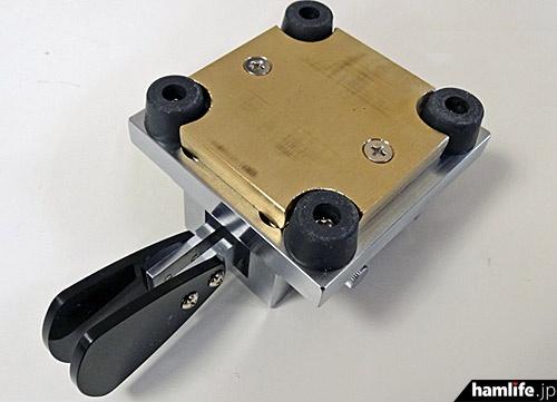 底部には150gの重量増が図れる「追加台座(オプションで発売予定)」を装着可能。底面がフラットなので自作も容易だ