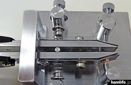 ツマミから伸びる太い金属軸と平行に配置された金属板が特徴。接点に触れるのは金属板のほうで、これが打感の「やわらかさ」を生み出す秘密だ
