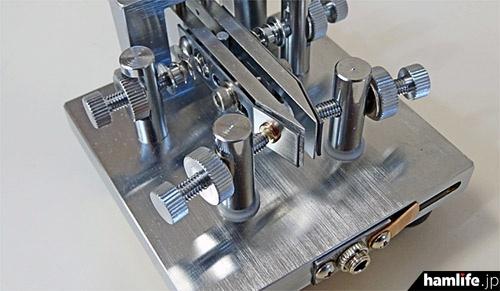 接点は、金属軸や金属板と「直角」ではなく、斜めに角度をつけて接する仕組み(中空傾斜接点構造)だ