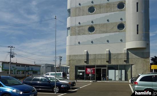公開運用の会場となった、仙台市宮城野区の仙台自動車整備団地協同組合会館。駐車場にHFのアンテナを設営