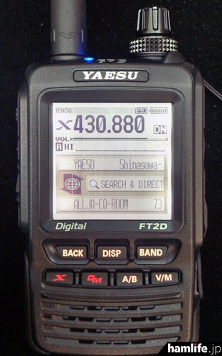 FT2Dを真正面から撮影。タッチパネルの採用で数字キーがなくなり、全体にスッキリとしたデザインになった