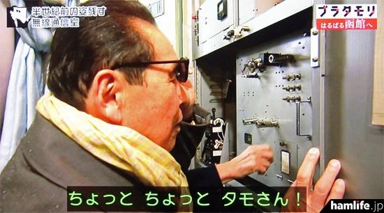 最後にはトレードマークのサングラスをずらしてパネルを凝視(NHK「ブラタモリ」の映像より)