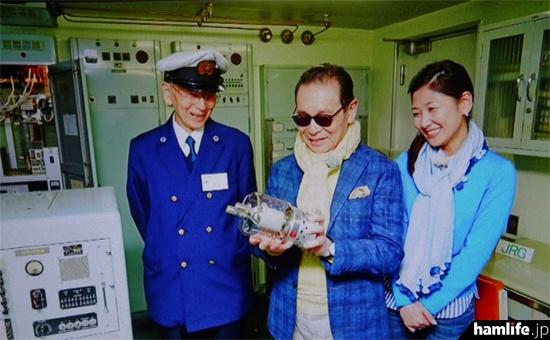 送信管を手にしたタモリ(NHK「ブラタモリ」の映像より)