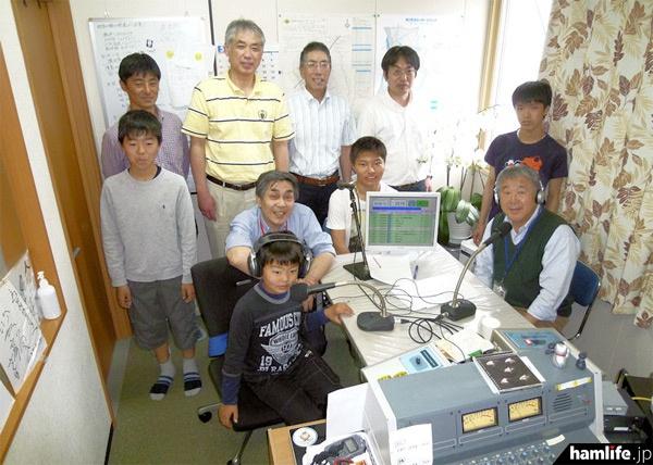 番組収録に集まった、FMカオンアマチュア無線クラブのメンバーなど(提供写真)