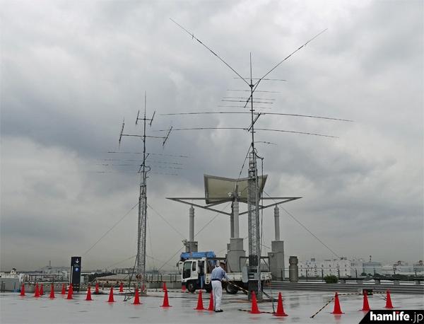 ハムフェアの開催前日、会場である東京ビッグサイト西館屋上に設置されたアンテナ群(ハムフェア2013で撮影)