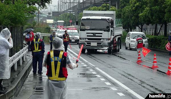6月3日、東京都江東区の国道357号線で実施された、過去最大規模の「不法無線局取り締まり」の検問風景