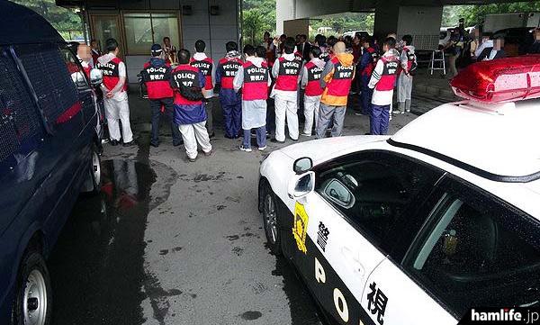朝8時、取り締まりに従事する電波監視官、警察官ら合計50名以上が集合