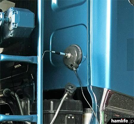 トラックの運転室(キャビン)と荷台の間のこんな場所に、マグネット基台で小型アンテナを取り付けている車両もあった。これを見落とさず、検問施設へ誘導した監視官は「プロ」だ