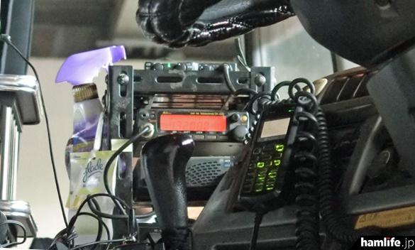 検問施設の奥へ誘導されたあるトラック。業務用無線機のほかに430MHz帯のアマチュア無線機を無免許で搭載していた