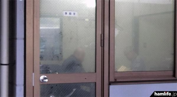 容疑を認め、検問施設内の事務室で取り調べを受けるドライバー