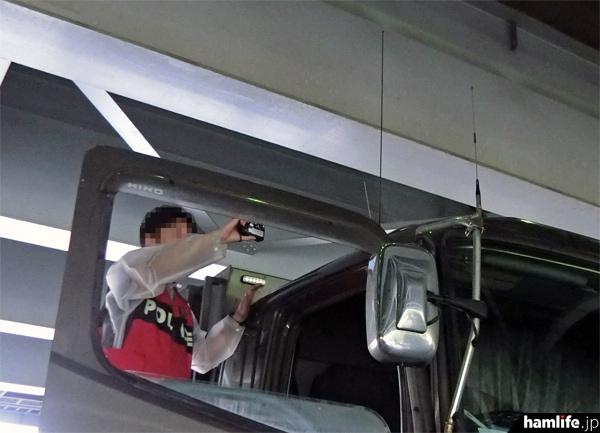 無線機やアンテナの取り付け状況を警察官が撮影。現場写真として使われる