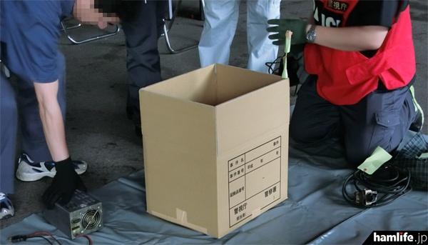 押収された無線機やアンテナ類は1つずつに付箋が付けられ、ダンボール箱に入れて警察署へ運ばれる