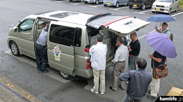 総通職員から車両の説明を聞く無線家がひっきりなしだった