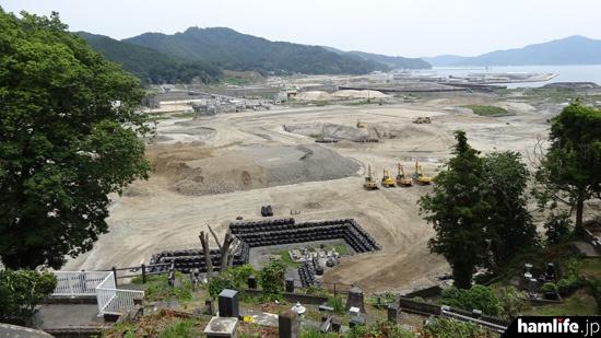 中央公民館から見た大槌町。津波で被災した中心部は復興の工事が続いている