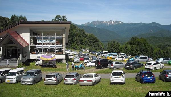 支部大会当日の会場付近はアンテナを立てた車両でいっぱい