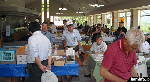 支部大会はカフェテリア内で開催された