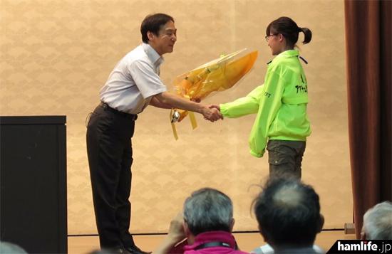 講演後は遠野アマチュア無線クラブの中学1年生、JP7LVSが花束を贈呈