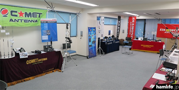 別フロアでは各メーカーのアマチュア無線貴機の展示が行われた(準備時間に撮影)