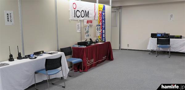 別フロアでは、各メーカーのアマチュア無線機器の展示が行われた(準備時間に撮影)