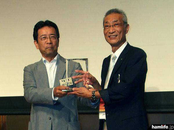 JH1AJT・宮澤氏(右)へ発起人代表者であるJH1ECG・大邊氏から記念の楯が贈られた