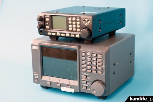 広帯域受信機(卓上型)「AR8600Mark2」(上)とスペクトラムアナライザー「SDU5600」