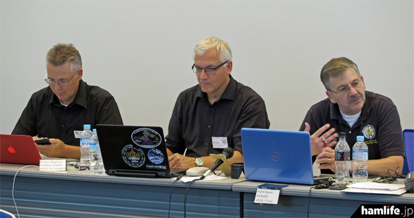 会議の議長団。左からStefan Wagener(VE4NSA-VE4SW)、Oliver Amend(DG6BCE)、チェアマンのFrank Bauer(KA3HDO)の各氏