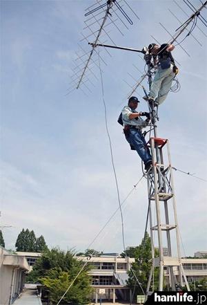 豊中市立東丘小学校でARISSスクールコンタクト用のアンテナを建設する関係者(写真:豊中市)