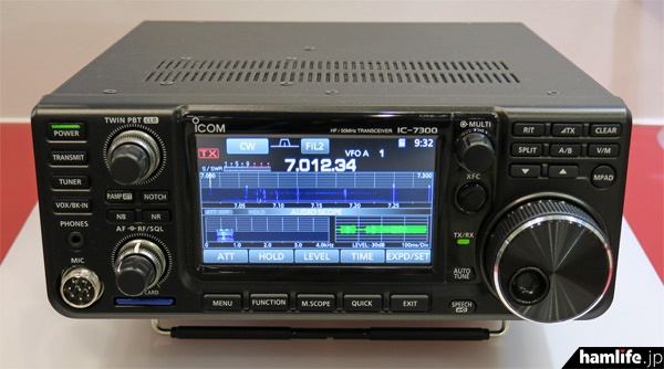 IC-7300のパネル正面。SDカードスロットや音声のスピーチ機能も搭載