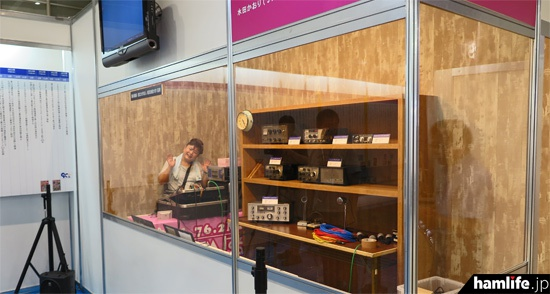 JARL90周年記念展示コーナーの奥には懐かしいシャックをイメージしたラックと、CQ ham for girls生放送のミニスタジオがある