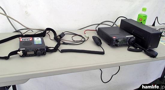 運用ブースに設置されている無線機(提供写真)