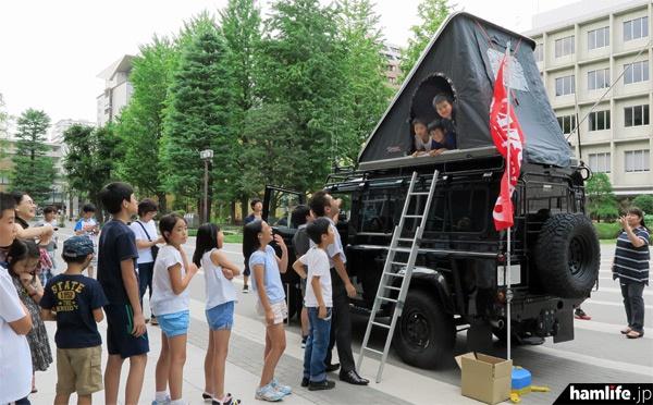 無線デモカーは大人気。ポップアップ式テントに乗りたい子供たちが行列を作った