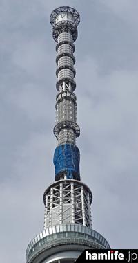東京スカイツリーでは「FM補完放送」のアンテナ設置工事(青いネットの部分)が進められている(2015年8月下旬撮影)