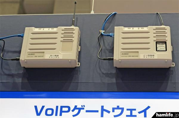 左:VoIPゲートウェイのDK-G01P(特小用)、右:同 DK-G01CR(デジ簡用)。社内ネットワークに接続し、簡単な設定で通話距離の拡大や特小~デジ簡の相互通信が行えるようになる