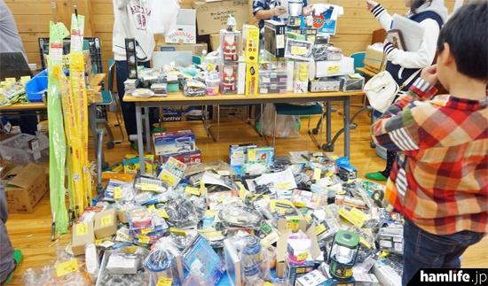 床まで多数の商品を並べるブースもあった