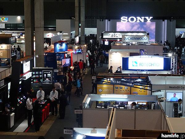 「Inter BEE 2015(第51回 2015年国際放送機器展)」が幕張メッセ(千葉県)で開催された。過去最多となる出展者数996社・団体(うち海外31か国・地域から540社)が1,780小間を出展し、3日間の登録来場者数は35,646人だったと主催者から発表があった