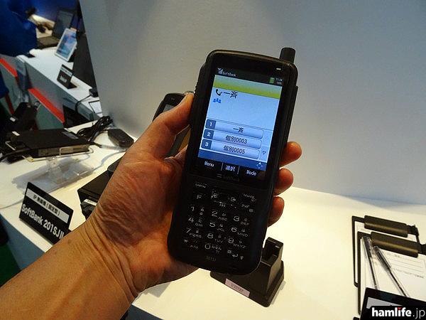 ソフトバンクの携帯電話網を利用する「IP業務無線(ボイスパケットトランシーバー)」のハンディータイプ「301SJ」。今回、介護タクシーの全国組織「一般社団法人 日本福祉医療輸送機構」向けに納入された