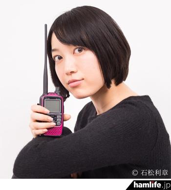 当日ゲスト出演する、女優の松田百香(JI1NYO)。JARDの「アマチュア無線ナビゲータ-」を務めている