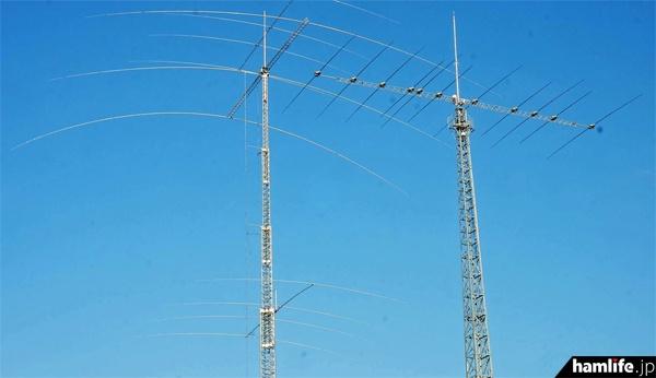 敷地内の大型アンテナは離れた場所からでないと撮影できない。左は51mのクランクアップタワーに設置された3.5MHz帯のフルサイズ3エレ八木と、7MHz帯4エレスタック。右は30m高の自立タワーに今年設置された、工人舎のVERSA Beam KA1-211X