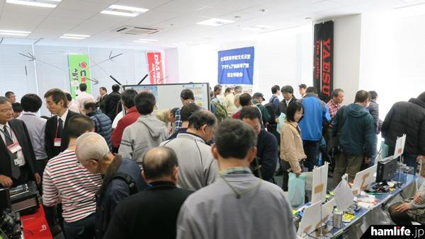 別室で行われたメーカーや団体の展示は、講演の合間などに大盛況となった
