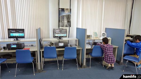 「アイコムならやまハムクラブ(JK3ZNB)」のクラブシャックにはIC-7851やIC-7300など、主要機種が展示され、自由にモニターすることができた(写真は開場直後の風景)