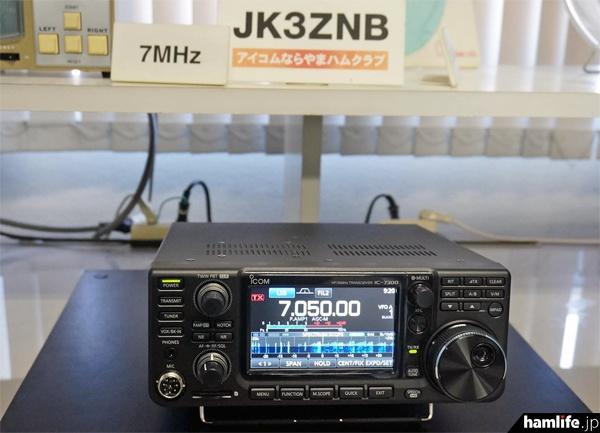 新製品のIC-7300を初めて実動展示。操作体験希望者の長蛇の列ができた